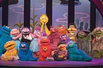 VESELÁ SHOW. Elmo s přáteli hraje dětem.