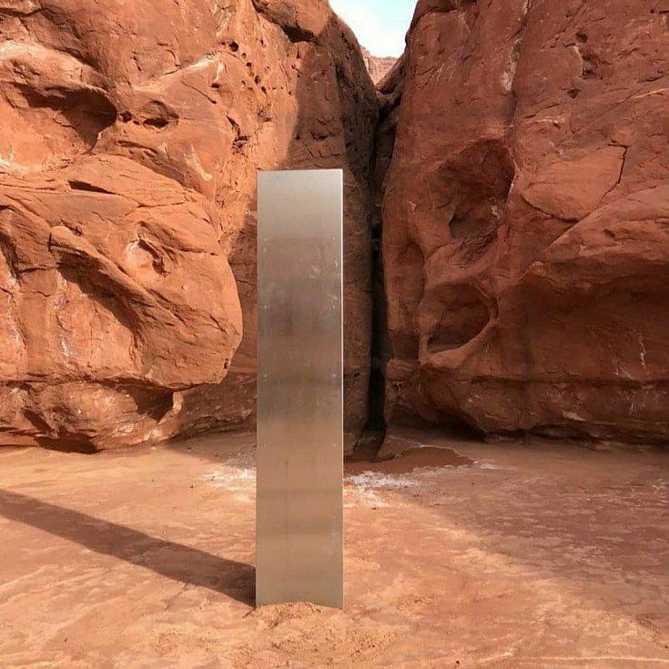 Záhadný kovový monolit v horách v Utahu.