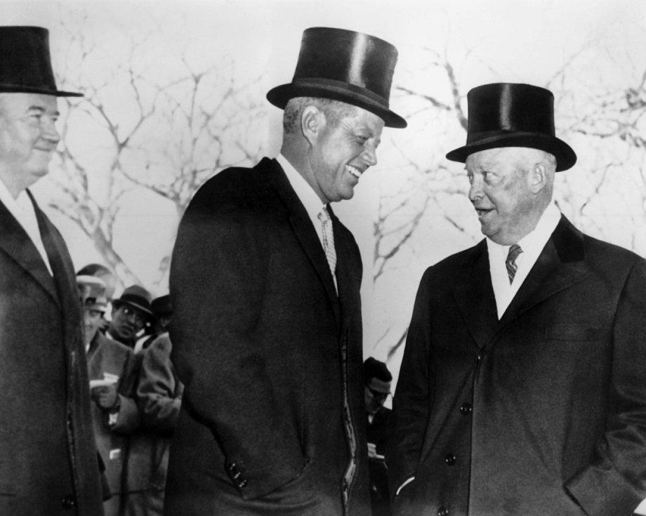 NAPOSLEDY V CYLINDRECH. J. F. Kennedy přebíral v roce 1961 žezlo od D. Eisenhowera (vpravo)  ještě ve starém stylu.