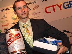 Filip Ospalý třímá v rukou ceny za vítězství v anketě Triatlonista roku.