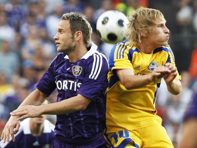 Jan Polák z Anderlechtu (vlevo) v souboji s Kryvecem z běloruského Borisova.