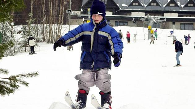 Na sjezdovkách střediska Monínec, které leží jen hodinu jízdy od metropole, se vesele lyžuje, sněhu je dost.