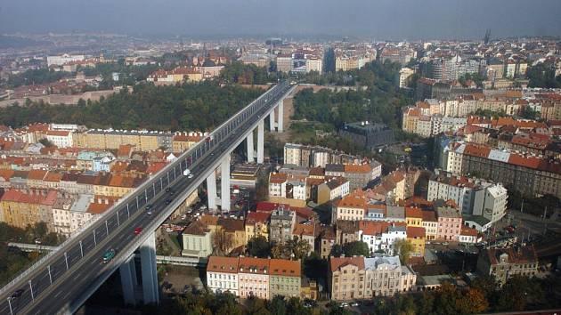 """Projekt """"Nuselák aka graffiti"""", v rámci kterého měli přední streetartoví umělci pokrýt pilíře největšího pražského mostu svými malbami, byl definitivně zrušen."""