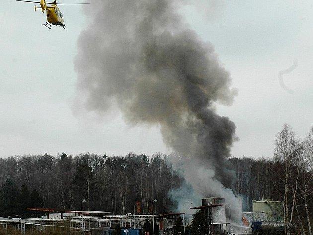 V České Lípě krátce před dvanáctou hodinou explodovala nádrž s hořlavou látkou v areálu bývalé Benziny. V době výbuchu na ní zrovna zřejmě čtyři muži něco svářeli. Dva z nich zemřeli a dva muže záchranáři převezli vrtulníkem na trauma centrum.
