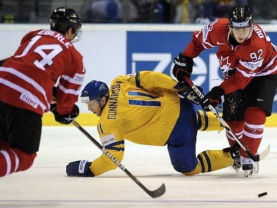 Kanaďané Eberle s Duchenem kličkují švédskou obranou.