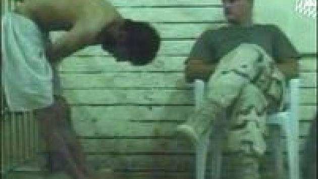 Historická fotografie zachycující mučení iráckých vězňů.