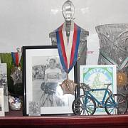Několik pohárů z cyklistických závodů.