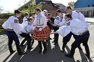 Chlapci z Vlčnova na Uherskohradišťsku, kteří letos pojedou Jízdu králů, obcházeli 22. dubna 2019 na Velikonoční pondělí s pomlázkou obec. Současná situace však velikonočním tradicím nepřeje…