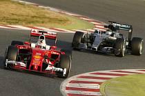 Sebastian Vettel (vlevo) a Nico Rosberg během předsezónních testů v Barceloně.