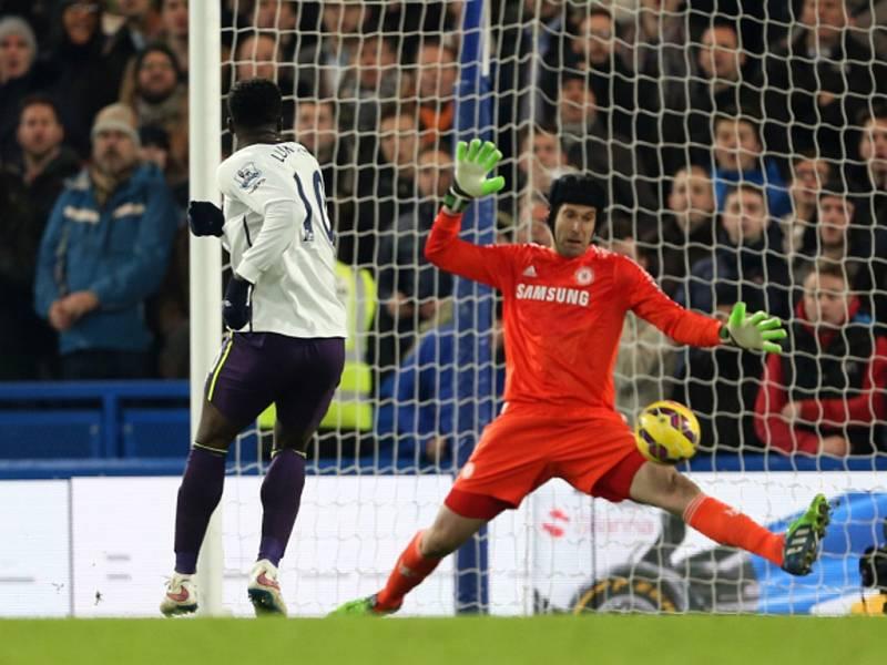 Petr Čech (vpravo) v brance proti Evertonu čaroval a vysloužil si i pochvalu od trenéra José Mourinha.