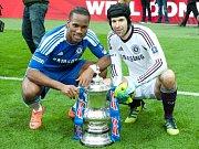 Brankář Chelsea Petr Čech (vpravo) a Didier Drogba s trofejí pro vítěze Anglického poháru.