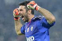 Brankář Juventusu Gianluigi Buffon se raduje z gólu svých spoluhráčů.