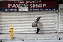 Člověk bez domova v americkém Miami