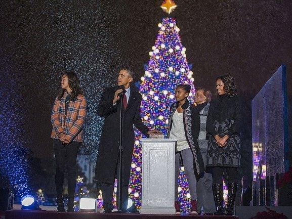 Americký prezident Obama rozsvítil vánoční strom ve Washinngtonu.
