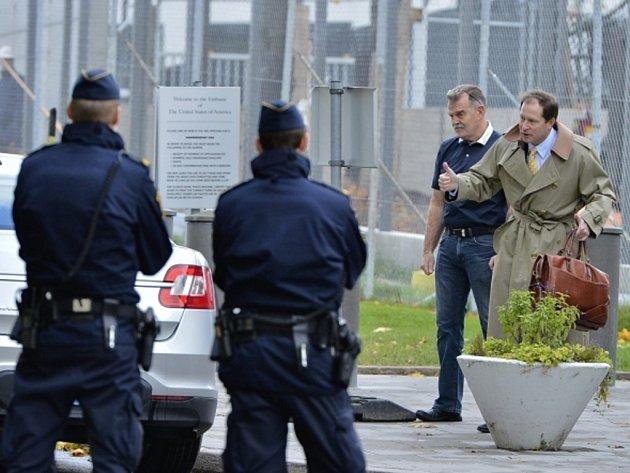 Velvyslanectví Spojených států ve Stockholmu dnes bylo na několik hodin evakuováno poté, co se v něm objevila listovní zásilka s velmi nebezpečným práškem.