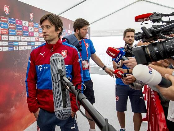 Tomáš Rosický s novináři.