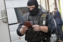 Kriminalisté z Útvaru pro odhalování organizovaného zločinu (ÚOOZ) zasahovali 25. dubna na několika místech Prahy kvůli podezření z vydání a distribuce knihy, která šíří rasismus, antisemitismus, xenofobii a násilí proti takzvaným méněcenným rasám.