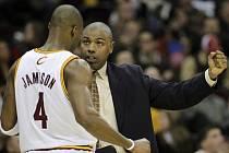 Asistent kouče Clevelandu Paul Pressey (vpravo) dává rady Antawnu Jamisonovi.