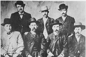 Smírčí komise Dodge City, červen 1883. Zleva doprava stojící W. H. Harris, Luke Short, Bat Masterson; sedící Charlie Bassett, Wyatt Earp, Frank McLain a Neal Brown