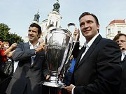 Luís Figo (vlevo) a Vladimír Šmicer kdysi ukázali v Praze trofej pro vítěze fotbalové Ligy mistrů.