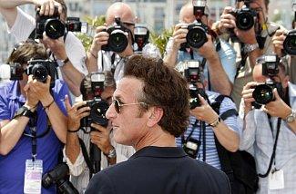 Sean Penn v obležení fotoreportérů.