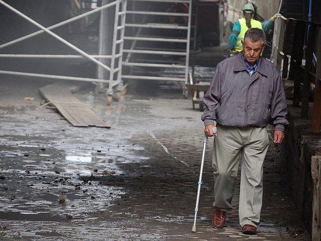 S prachem, hlukem, ale třeba i s kusy padajícího zdiva se musejí smířit lidé, kteří v těchto dnech procházejí pod lověšickým podjezdem v Přerově k nejbližší autobusové zastávce.