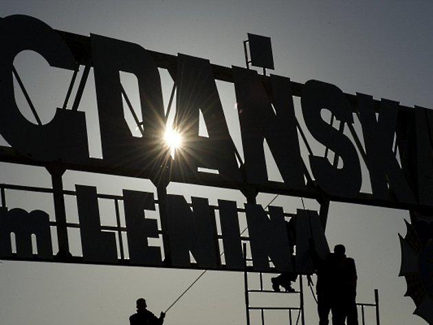 Na bránu gdaňské loděnice se kvůli filmařům vrátilo jméno Lenina.