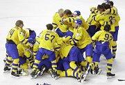 Švédští hokejisté jásají, právě obhájili titul mistrů světa.