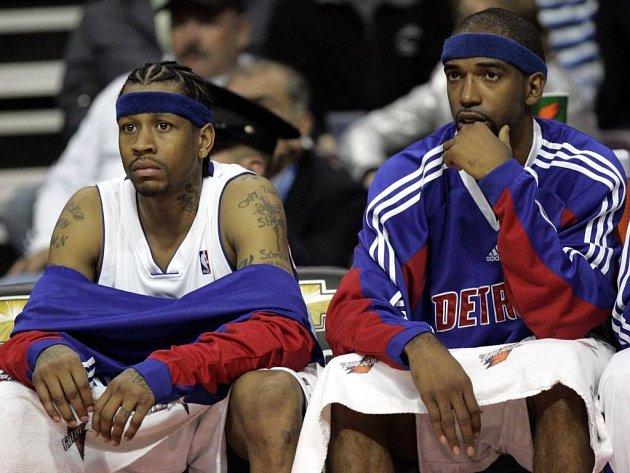 Allen Iverson (vlevo) ještě v dresu Detroitu.