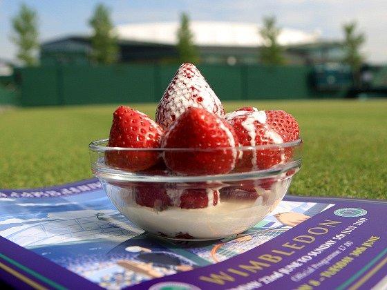 Tradiční pokrm. Jahody ve Wimbledonu stojí 2,5 libry