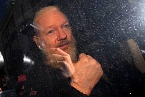 Julian Assange po zatčení před ekvádorskou ambasádou v Londýně
