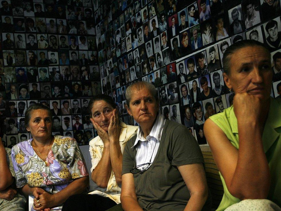 Bosenské muslimské ženy ze Srebrenice sledují v televizi Radovana Karadžiče v Haagu.