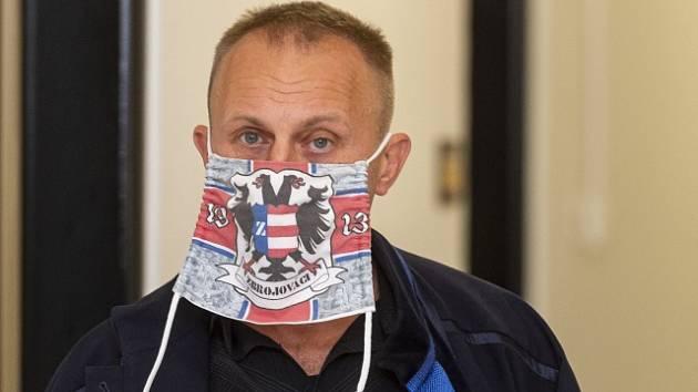 Advokát Michael Mann, obhájce Vítězslava Kroupy, na chodbě Krajského soudu v Ústí nad Labem, který 1. října 2020 projednával odvolání v případu nenávistného komentáře pod fotkou prvňáků z teplické základní školy.