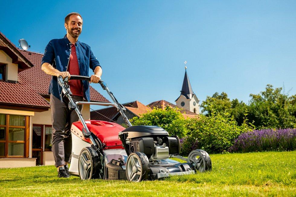 Benzinová sekačka SP 535 HW 4S, 15 990 Kč. Je vybavena pojezdem a záběrem 51 cm k práci na velkých i členitých zahradách. Má systém 4v1 (sběr trávy do koše, zadní i boční odhoz, mulčování) a velká kola pro lepší pohyb v terénu.
