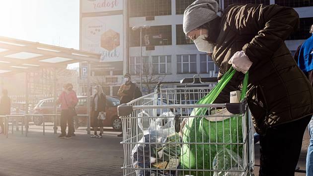 Nejen velké markety, ale i menší obchody s potravinami před Velikonocemi berou zákazníci útokem.