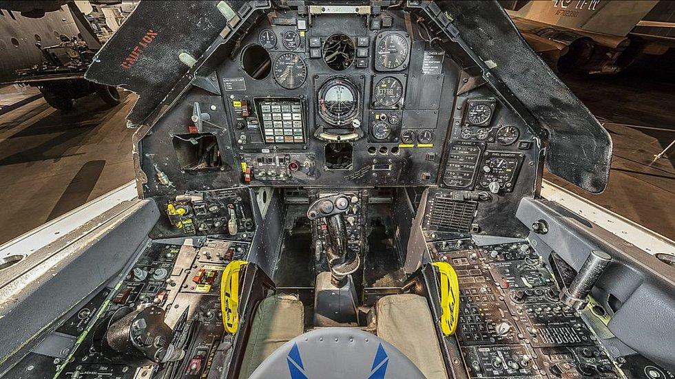 Kokpit. Americké letectvo používalo letouny F-117A do roku 2008. Foto: Wikimedia Commons, National Museum of the USAF, imagery by Lyle Jansma, Aerocapture Images, volné dílo
