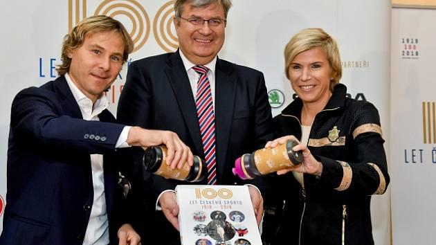Bývalý fotbalista Pavel Nedvěd (vlevo), předseda ČUS Miroslav Jansta a někdejší běžkyně na lyžích Kateřina Neumannová.