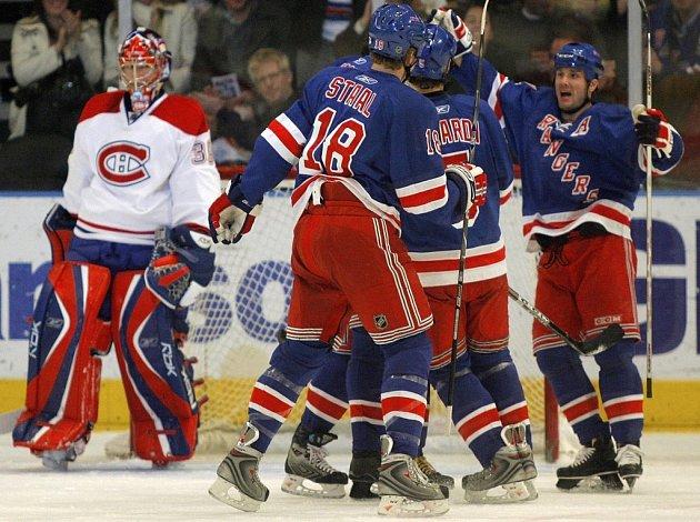 Martin Straka z Rangers se raduje se svými spoluhráči z gólu proti Montrealu. Brankář Canadiens Cristobal Huet se po dvou třetinách zápasu nechal vystřídat.