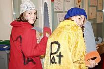Dvacet masek a kostýmů vytvořily děti s vydatnou pomocí vedoucích na jarním příměstském táboře Domu dětí a mládeže Symfonie v Poděbradech. Na karnevalu v pátek 11. února 2011 bylo vidět na výrobu náročný kostým žraloka, tygra, psa, ale i vílu nebo vojáka.