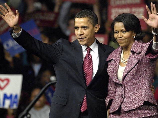 Barack Obama triumfuje. Jeho manželka Michelle jej oddaně podporuje.