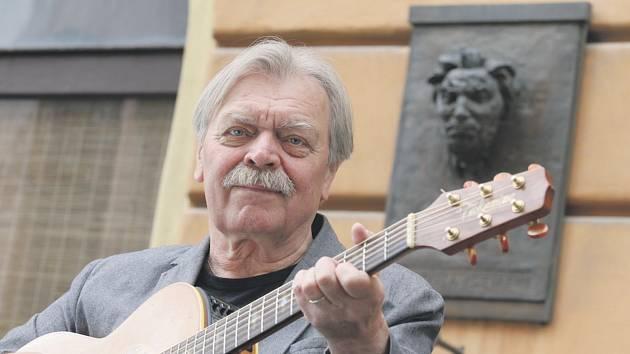 Písničkář Miroslav Paleček.