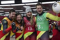 Vítězná německá štafeta. Zleva Tobias Wendl, Tobias Arlt, Natalie Geisenbergerová a Johannes Ludwig.