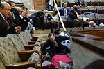 Strach v jednacím sále. Kongresmani v Kapitolu poté, co demonstranti vtrhli do budovy.