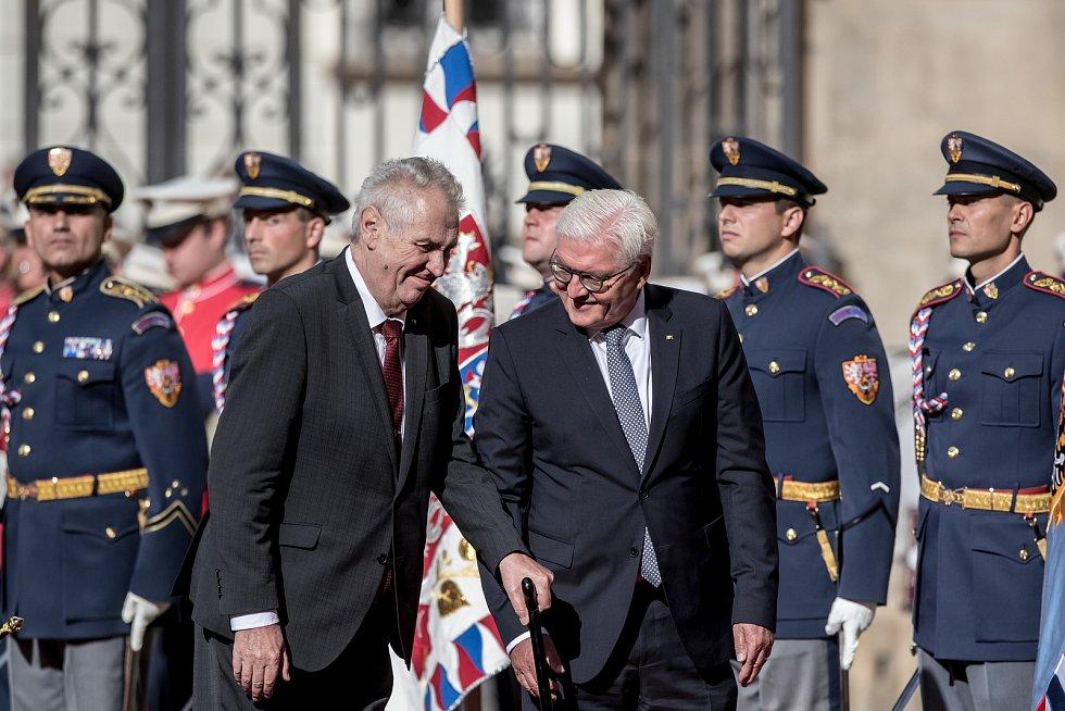 Prezident Miloš Zeman (vlevo) přivítal na Pražském hradě německého prezidenta Franka-Waltera Steinmeiera.