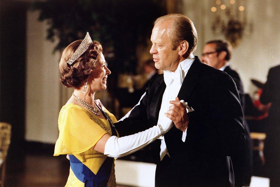 Během své vlády rozeslala spolu s princem Philipem více než 38 tisíc vánočních pohledů, její schránka je však mnohem přeplněnější. Na adresu paláce prý bylo odesláno v průběhu let více než 3,5 milióny dopisů.