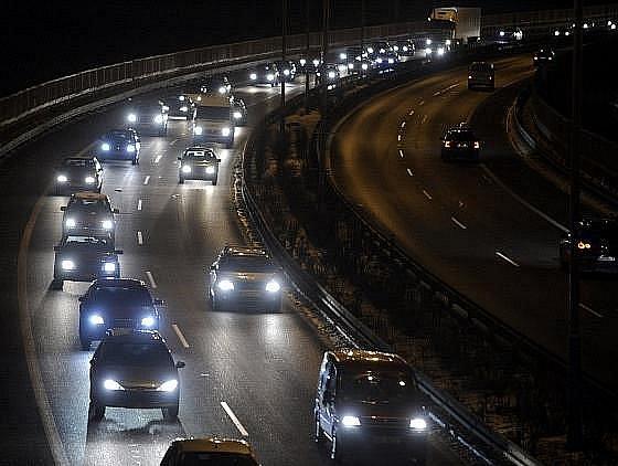 Stovky naštvaných řidičů v sobotu po dvacáté hodině vyrazily na protestní jízdu Prahou. Vyjádřili tak nespokojenost se snížením rychlosti na padesát kilometrů v hodině na několika úsecích pražského okruhu.