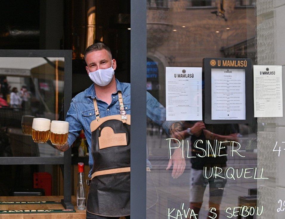 Obsluha jedné z restaurací v centru Brna.
