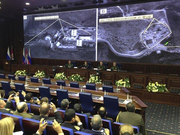 Radikálové z organizace Islámský stát (IS) pokračují ve vývozu ropy ze Sýrie. Aby se vyhnuli ruskému bombardování v Sýrii, změnili prý trasu a převážejí surovinu do Turecka severem Iráku.
