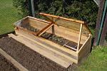 Jestliže nemáme na zahradě dost místa pro pořádný skleník, můžeme si místo něj postavit alespoň pařeniště, které ho částečně nahradí.