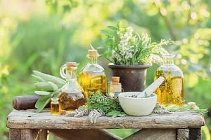 I přes obrovské pokroky v medicíně stále více pacientů doplňuje svou standardní léčbu bylinkami.